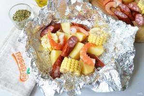 Креветки с картофелем и кукурузой в фольге - фото шаг 3