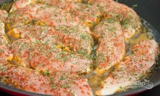 Куриное филе со специями на сковороде - фото шаг 3