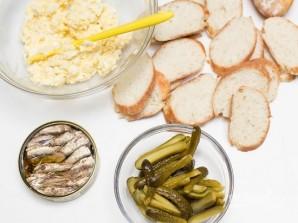 Бутерброды со шпротами и соленым огурцом - фото шаг 3