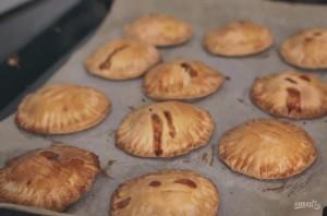 Пирожки с яблоками и карамелью - фото шаг 5