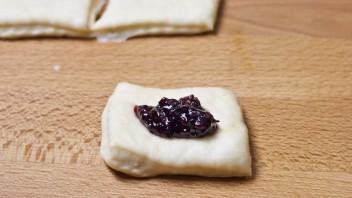 Пирожки с вареньем в духовке - фото шаг 5