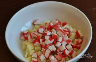 Салат с крабовыми палочками, яйцом и майонезом - фото шаг 2