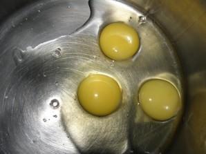 Блинчики на сыворотке с яйцами - фото шаг 1