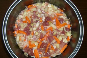 Тушеная картошка со свининой в мультиварке - фото шаг 3