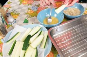 Хрустящие палочки-цукини в сырной панировке - фото шаг 3