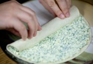 Рулетики из тортильи с сыром и чесноком - фото шаг 6