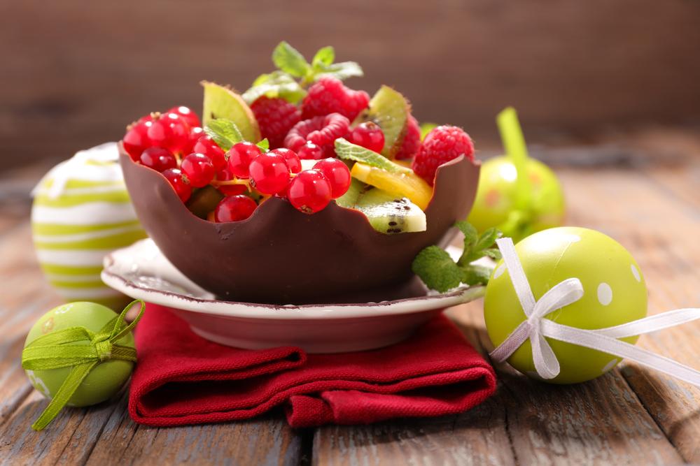Ягоды и фрукты в шоколадной чаше