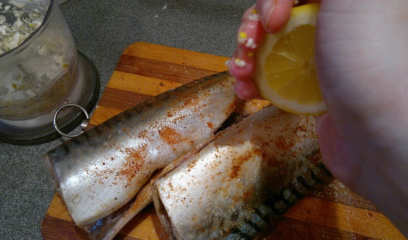 Рыба, запеченная в мультиварке - фото шаг 4