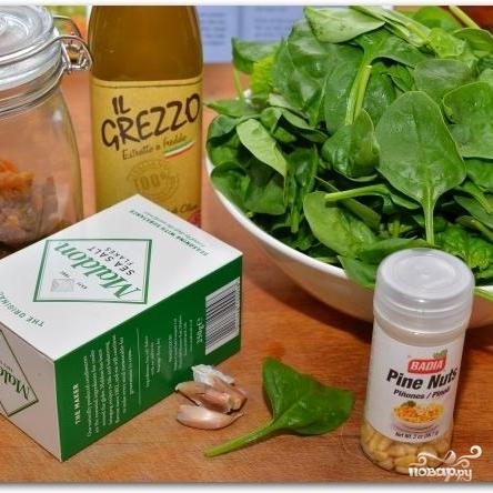 Рецепт Салат из шпината, изюма и кедровых орешков