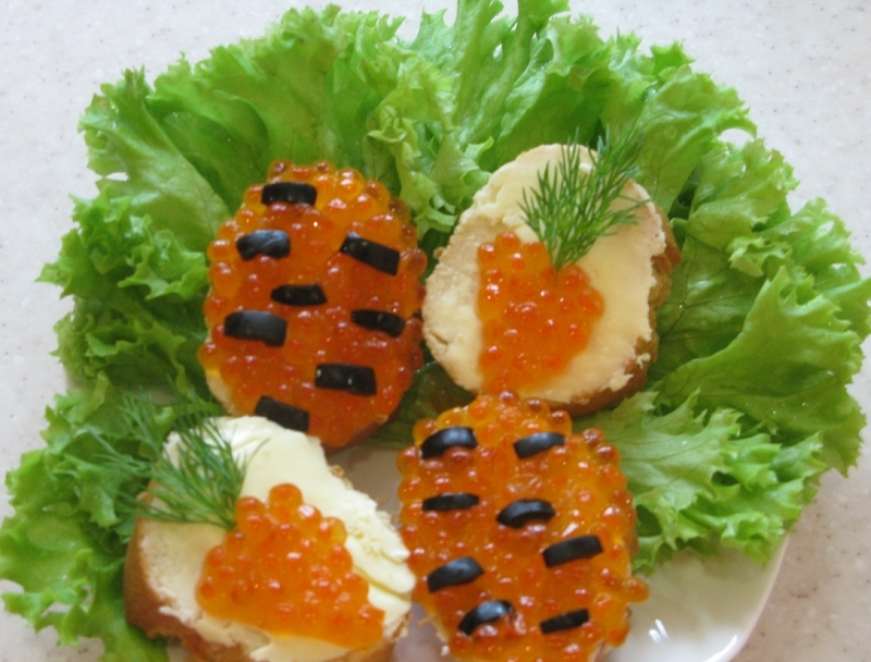 Маленькие бутерброды с икрой - фото шаг 5
