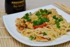 Курица с рисовой лапшой и соевым соусом
