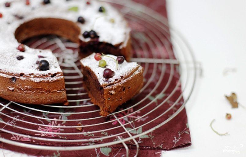 Шоколадный кекс со смородиной
