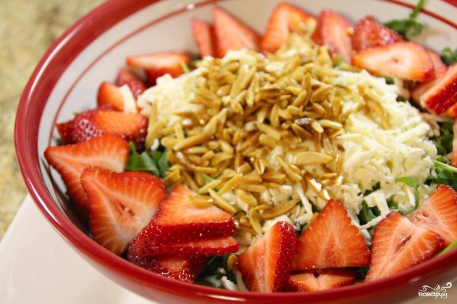 Салат из клубники и рукколы - фото шаг 6