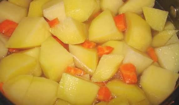 Тушеная картошка с копчеными ребрышками - фото шаг 4