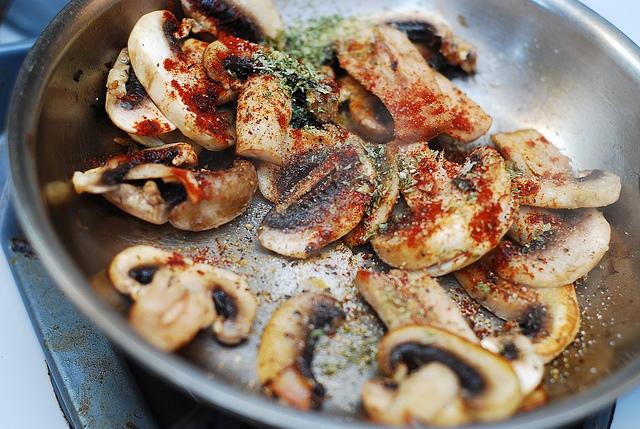 Пицца с моцареллой и грибами - фото шаг 1