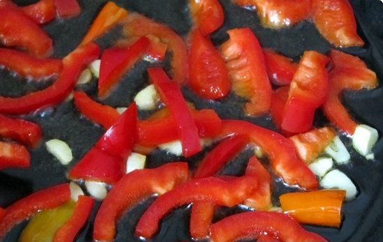 Паста с томатным соусом и сыром - фото шаг 1