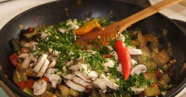 Тушеные баклажаны с грибами - фото шаг 7