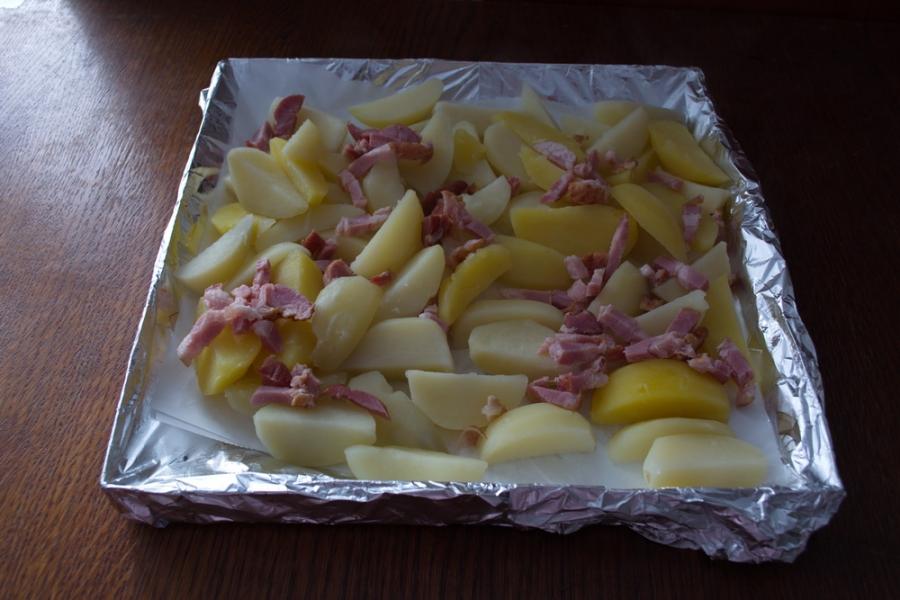 Картофель в духовке с белыми грибами и беконом - фото шаг 9