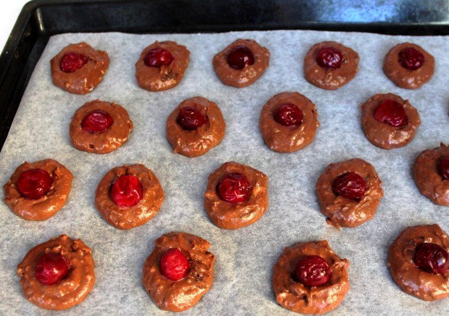 Шоколадное печенье с вишней - фото шаг 3