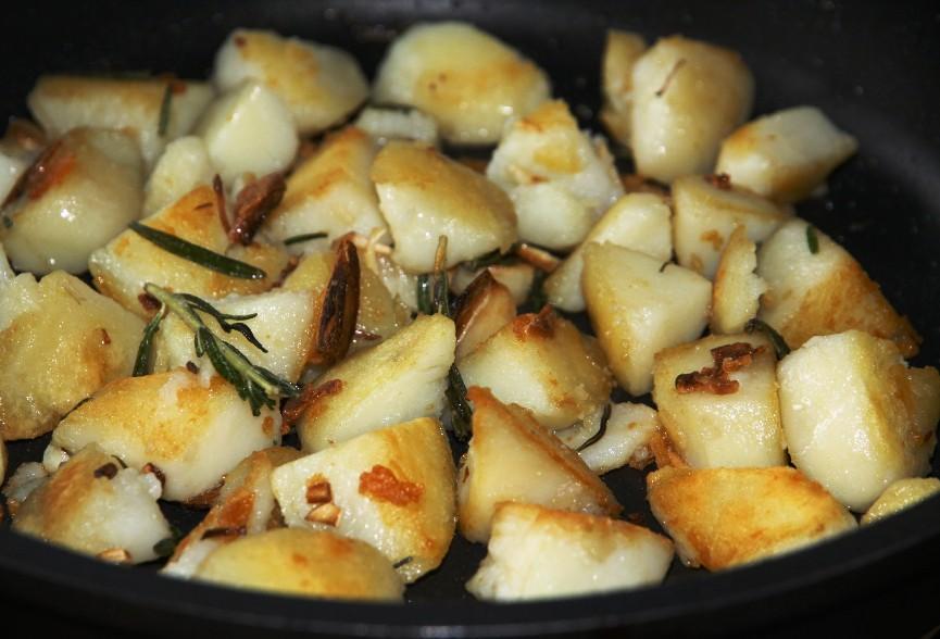 Жареный картофель с розмарином - фото шаг 4