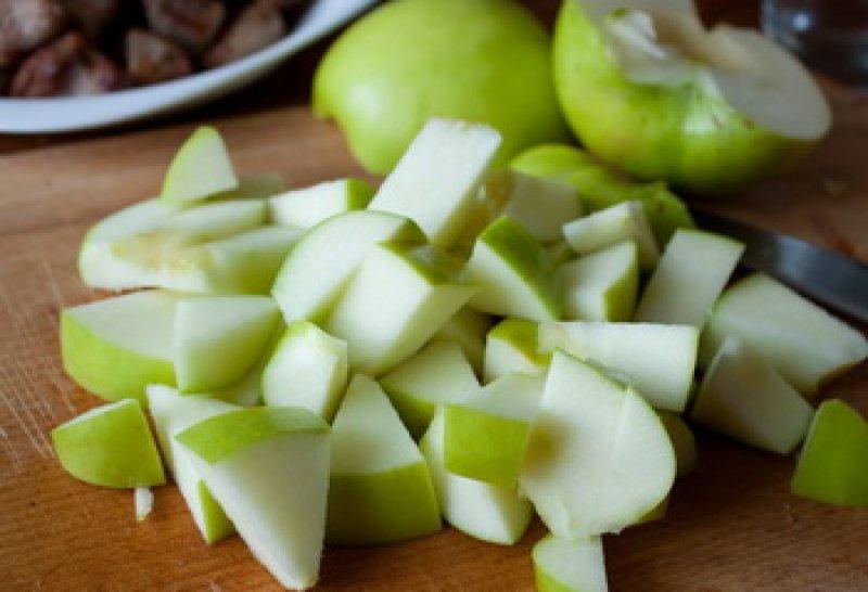 Шарлотка с яблоками и ревенем - фото шаг 2