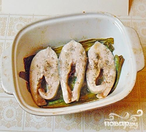 Рыбные стейки на листьях пража