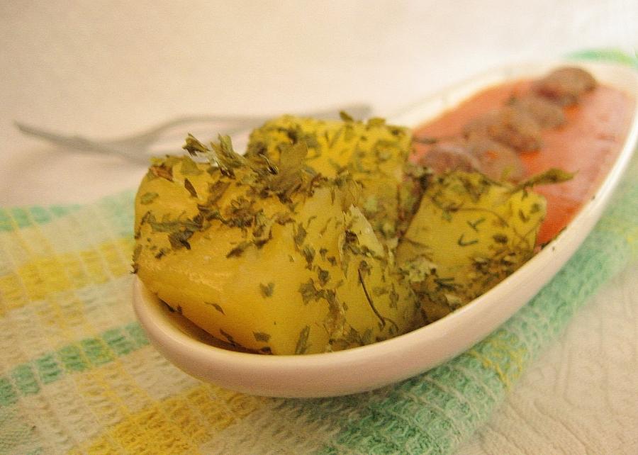 Колбаски с томатным соусом и картофелем - фото шаг 6