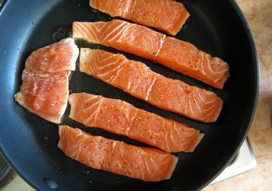 Тушеная красная рыба - фото шаг 2