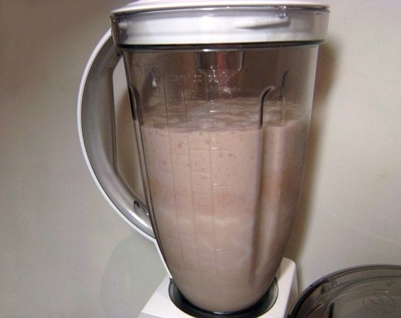 Молочный коктейль с сиропом - фото шаг 5