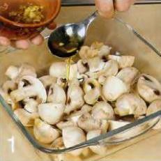 Шампиньоны с кедровыми орешками - фото шаг 1