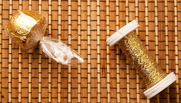 Букет из конфет с шампанским - фото шаг 6