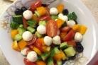 Салат с моцареллой и маслинами