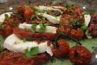Салат из моцареллы и запечённых помидоров