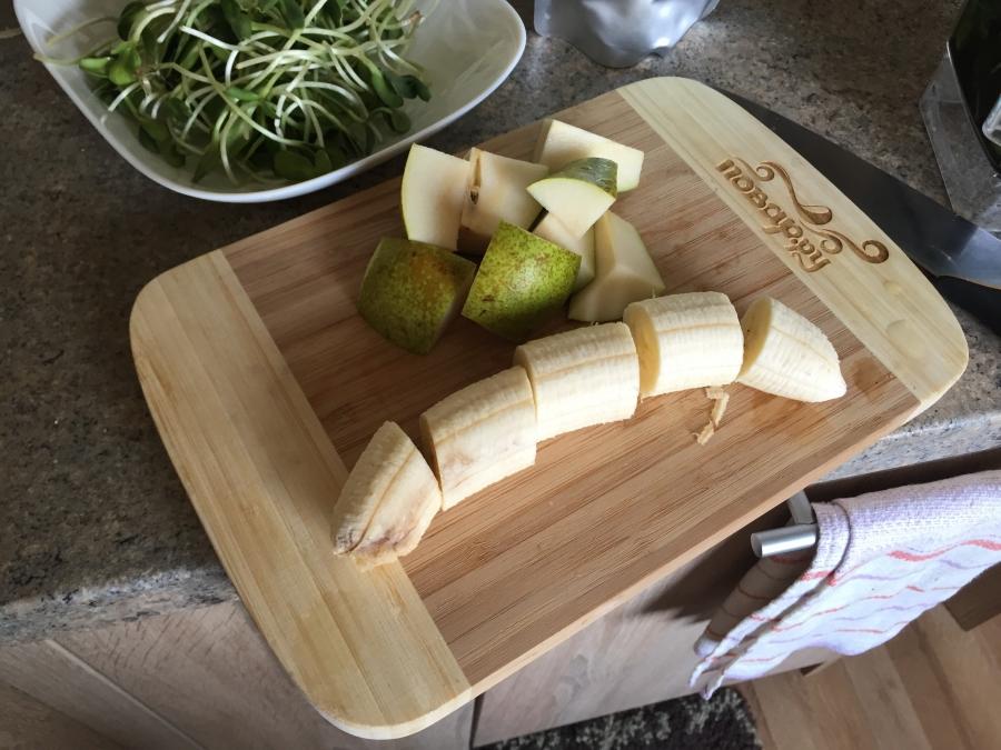 Зеленый коктейль с ростками подсолнуха - фото шаг 2
