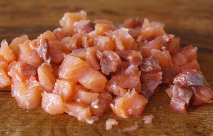 Простой салат с красной рыбой - фото шаг 4
