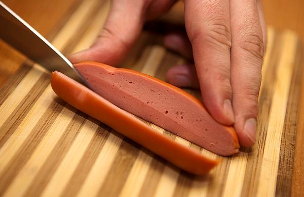 Ромашка из сосиски и яйца - фото шаг 1