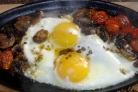 Яичница с шампиньонами и помидорами