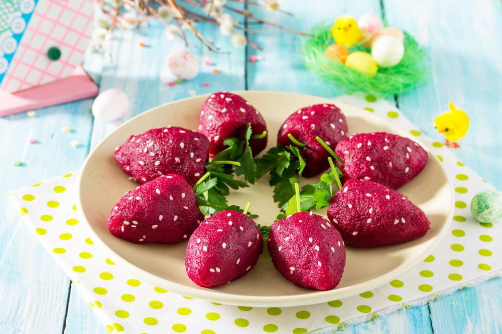 Салат из свеклы с брынзой в виде клубники
