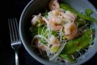 Вьетнамский салат с лапшой и креветками