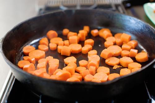 Молодая морковь, жаренная в карамели - фото шаг 6