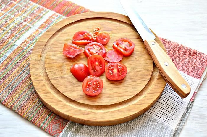 5. Тонкими кружочками нарежьте помидорчик.