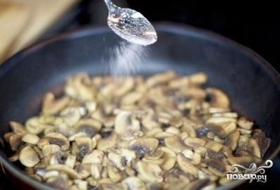 Слоеный салат с курицей и грибами - фото шаг 3
