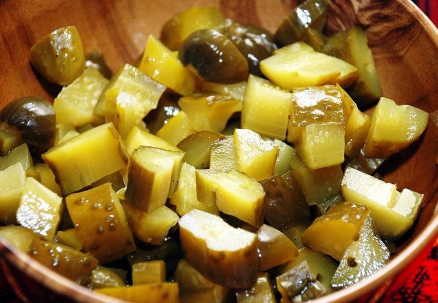 Простой салат с солеными огурцами - фото шаг 1