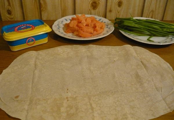 Рецепт Рулетики из лаваша с семгой и ветчиной