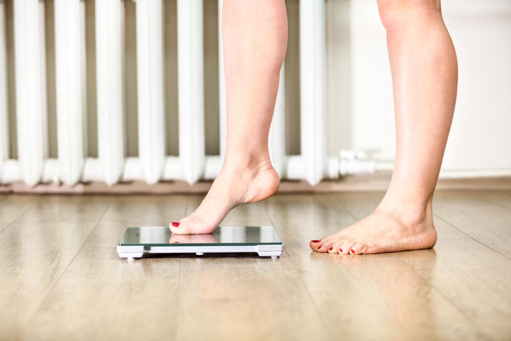 Контролируйте вес и взвешивайтесь натощак утром.