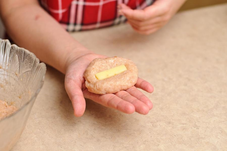 Куриные котлеты с плавленым сыром   - фото шаг 6