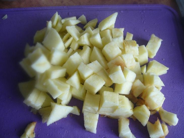 Шарлотка с яблоками и изюмом - фото шаг 6