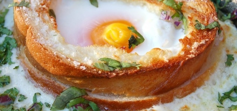 Яичница в хлебе в духовке - фото шаг 5