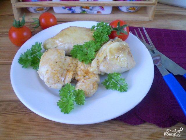 Жареная курица кусочками на сковороде