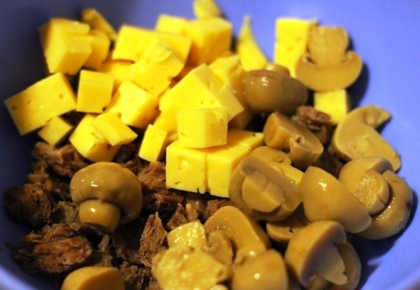 Салат с грибами и кириешками - фото шаг 3